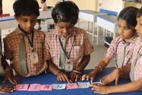 Freiwillige für ein Bildungsprojekt einer ländlichen Schule in Tamil Nadu, Indien