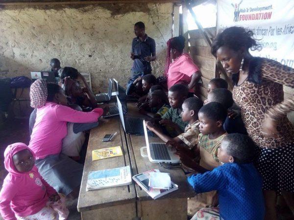 Freiwillige als unterstützende IT Lehrer für Schulprojekt in Kamerun